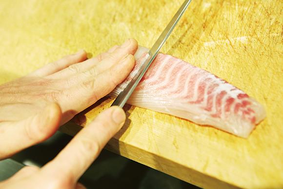 鯛、カレイ、ふぐなどの白身は身が硬いので、薄いそぎ造りがおすすめ