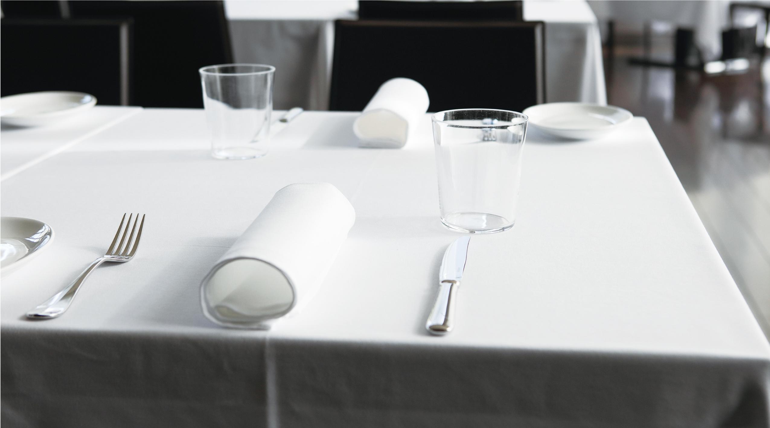 シンプルなテーブルセッティング